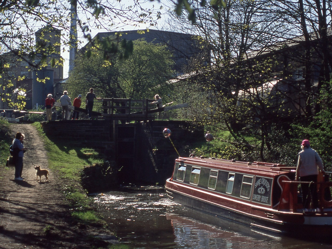 The first boats approach Lock 1e in Huddersfield
